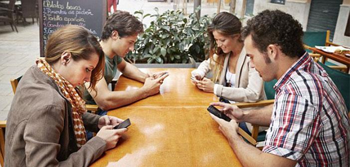 Ocho de cada diez personas están pendientes del móvil mientras comen y un 60% de estos deja el teléfono sobre la mesa mientras 'disfruta' de una comida, normalmente con el sonido activado.