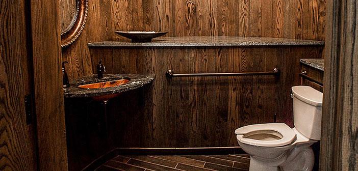 Charleston, Caroline du Sud: une salle de restaurant sont conçues avec des tonneaux en bois géants en fonction de l'ambiance et le décor de la distillerie et salle de dégustation.