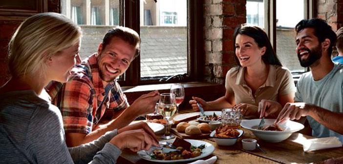 De l'hôte au dernier serveur, par les cuisiniers ou le propriétaire lui-même doit aider à créer un environnement dans lequel le client se sentent à l'aise et que vous voulez revenir le plus tôt possible.