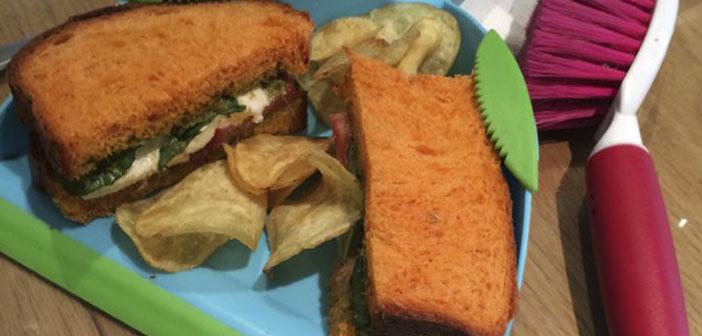 Les propriétaires doivent avoir pensé votre sandwich serait grand et aussi le personnel de nettoyage économiseraient des travaux.