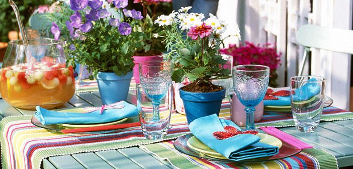 It incorporates colorful dishes with hints of summer or more casual designs perfect to eat in the garden or outdoor.