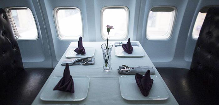 Una mesa del interior del avión-restaurante.