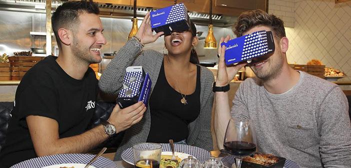 Ces écouteurs et lunettes de soleil pratiquement permettent aux clients de transport RV-3D sur la côte idyllique de Taomina, en Sicile, alors qu'ils profitent des plats locaux typiques.