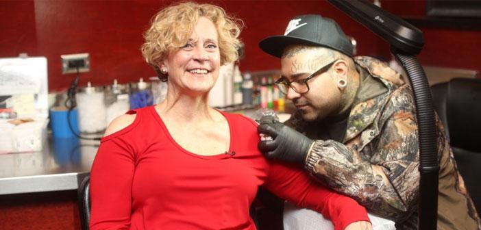 Un pari est un pari et Mary Denny Poste, PDG de la chaîne de hamburger Red Robin, je le savais. Pour cette raison, ainsi qu'un professionnel est une femme de parole, maintenant vous avez un hamburger tatoué sur son épaule, à la grande joie de l'ensemble du personnel.