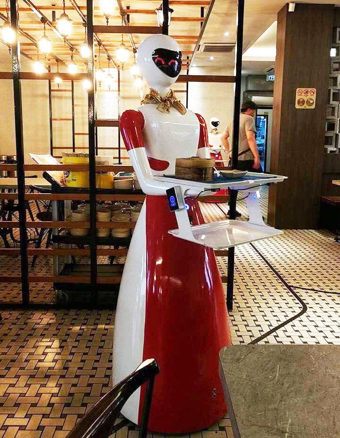 La entrada de los robots en el local no ha estado libre de fricciones. Mientras que los habituales del restaurante no se han opuesto a la idea, sí han remarcado que esperan que el uso de esta tecnología aún extravagante no repercuta sobre los precios de las consumiciones.
