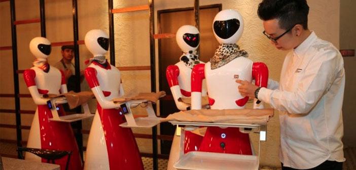 déjà populaire, Nam Heong restaurant Ipoh Soho a fait les spectateurs à tourbillonner dans leurs portes comme des papillons attirés par une ampoule. En plus de l'amélioration du service, Lui Sung Pong ou Déesses Band (comme il a été convenu d'appeler cette flotte robotique) Il a été une attraction irrésistible pour une population qui vénère pratiquement robots.