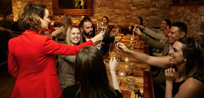 El Contact Barre et cuisine de Sidney (Australie), par exemple, Elle emploie une approche beaucoup plus subtile et réussie. Les visiteurs qui sont prêts à quitter leur téléphone à l'entrée seront traités à un verre de vin qui est payable à la maison. Selon Markus Stauder, Cette mesure est applaudie par tous les convives.