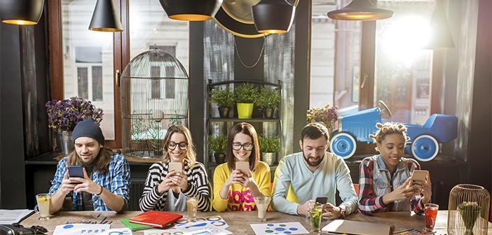 El concepto del restaurante phygital (físico + digital) busca la unión de estas realidades, mezclar lo físico con lo digital, generando experiencias que comienzan, continúan, o terminan entrelazando estos dos mundos, donde la tecnología es el elemento conductor que hace posible la convergencia perfecta entre ambos.