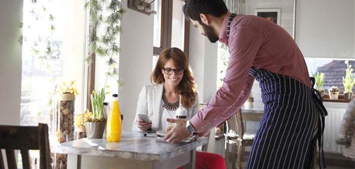Te contamos 7 formas de pasar el tiempo de espera en un restaurante sin necesidad de mirar el Smartphone. Repasar tareas pendientes, hablar con la gente, pasear...