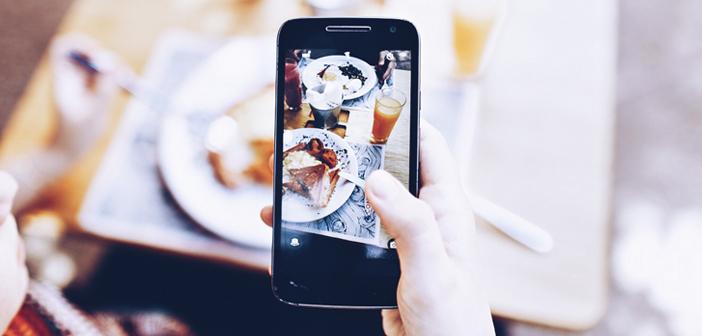Una buena gestión de las redes sociales puede ayudarte a ganar notoriedad, generar compromiso e incluso conseguir nuevos comensales offline y online. Piénsalo: si subes una foto deliciosa de alguno de tus platos, la posibilidad de pedirlo a domicilio de forma inmediata se vuelve aún más irresistible.