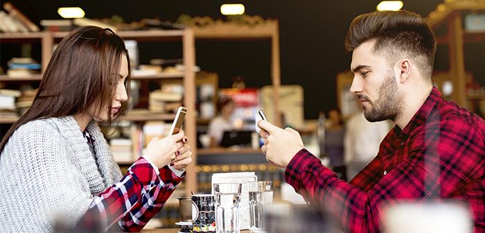 ¿El teléfono móvil va del lado del cuchillo o del tenedor?