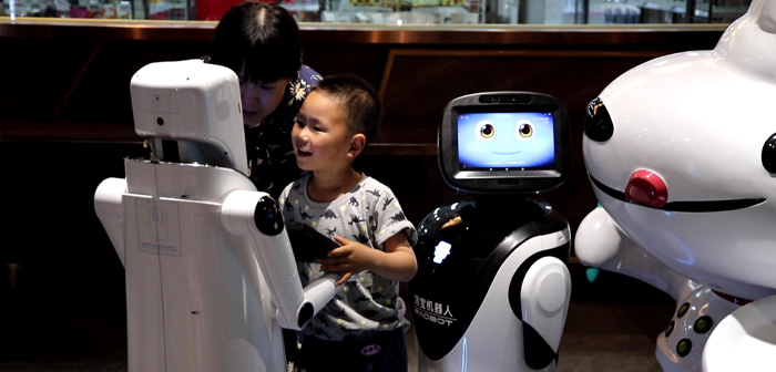 A demonstration of the possibilities of a current interactive restaurant. Payments, cooked, waiter service, requests…, robots are responsible for all. A true sign of technological innovation!