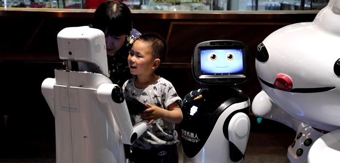 Une démonstration des possibilités d'un restaurant interactif en cours. paiements, cuit, service serveur, applications ..., robots sont responsables de tous. Un véritable signe de l'innovation technologique!