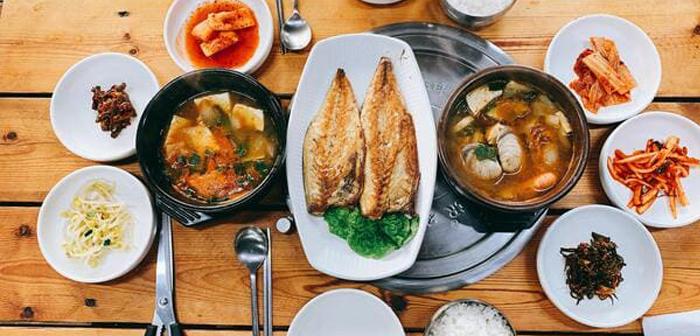 Chez Glovo, ils ont veillé à ce que l'organisation d'un dîner d'entreprise virtuel soit extrêmement simple. Il vous suffit de choisir un format de menu en fonction du budget disponible.