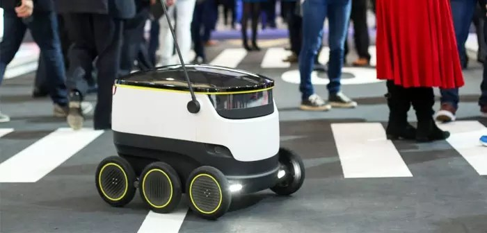 The last robot distribution company based in Mountain View (California, OF. UU.), Starship Technologies, is a small compact module provided six sturdy wheels, three on each side, white rounded and black plastic housing.