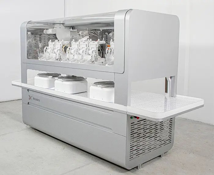 The xPizza One operating at Dodo Pizza cooked 472 pizzas in 30 days, saving 32 hours of manual work and reaching a maximum productivity of 100 pizzas per hour during peak demand on weekends.