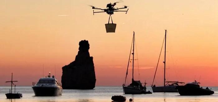 El modelo eléctrico en uso es veloz y silencioso. Además, su autonomía le permite hacer vuelos de hasta dos kilómetros, por lo que puede llevar la comida del Can Yucas a los barcos que se han alejado más.