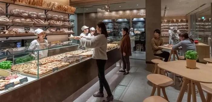 Quienquiera que pase por uno de los establecimientos japoneses de la marca entre el momento de cerrar y tres horas antes, tendrá derecho a beneficiarse del suculento descuento, aplicable a todo tipo de artículos ofrecidos por la compañía: repostería, pan, sándwiches y otros preparados.