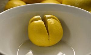 Bir limonu kesti ve yatağının kenarına koydu. Sebebi mi? Herkes denemeli!