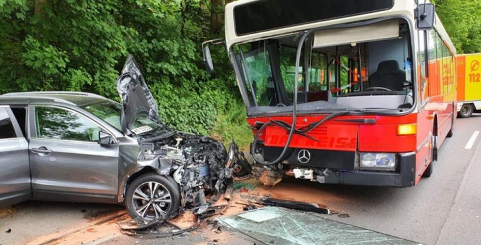 Okul otobüsü otomobile çarptı: 3 ağır yaralı