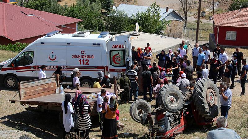 Sivas'ta gurbetçinin kullandığı traktör devrildi: 2 yaralı