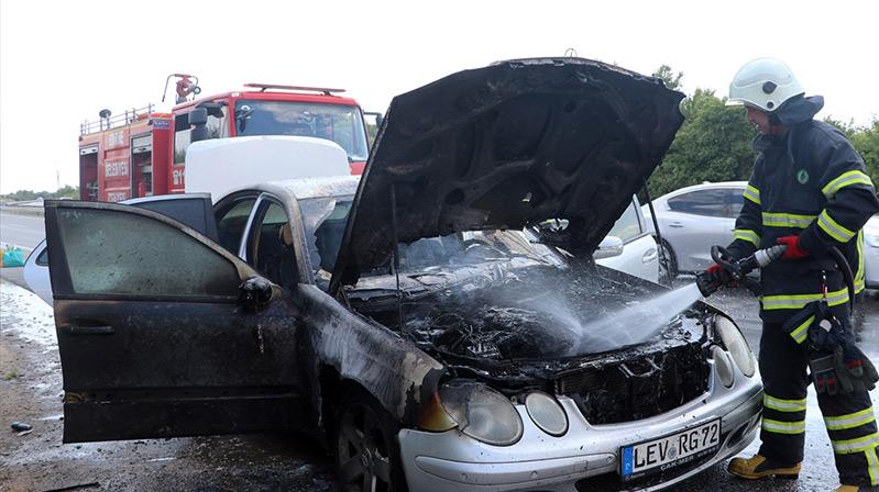 Leverkusen'li ailenin otomobili tamamen yandı