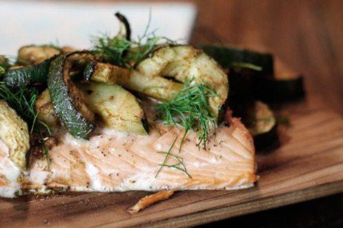 Gesundes Grillrezept - Lachs auf Holzplanke vom Grill mit Gurke