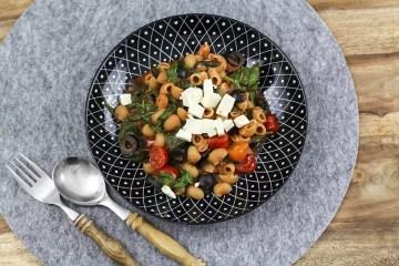 Schnelles Nudel Rezept mit Spinat, Feta und Tomaten