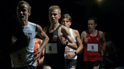 """Start zum Hauptrennen über 10.000 Meter auf der Bahn bei der """"4. Nacht der Zehner"""" im Stadion in Hammer Park. Es siegte Marius Abele vom SSC Hanau-Rodenbach. (Läufer zwischen Nr. 8 und Nr. 5)."""