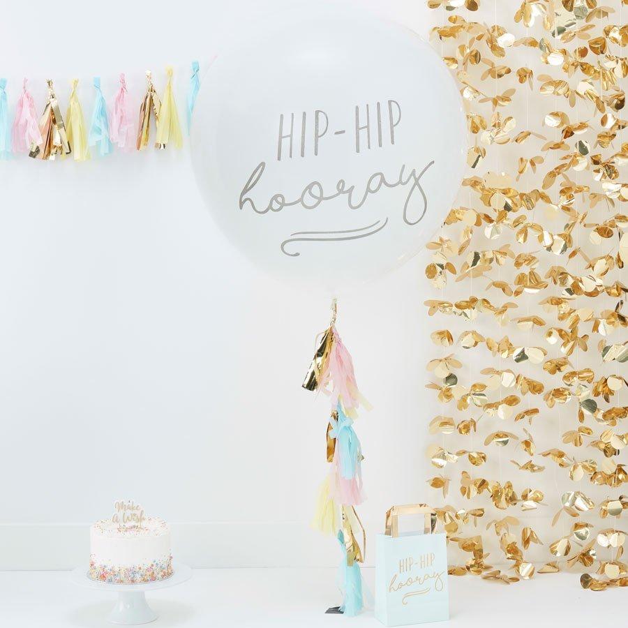 """Einzigartiger riesen Luftballon mit grauem Aufdruck """"Hip-Hip Hooray"""",und pastellfarbenen Papierquasten (rosa, golden, blau und gelb). Maße: 90 cm. Die Macherei"""