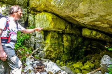 Höhlen in den Wäldern an den Ufern des Doubs
