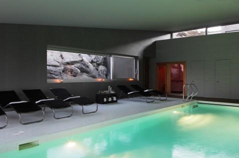 Schwimmbad im Wellnessbereich. Foto: Hotel
