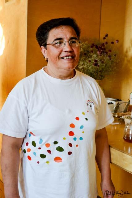 Früher arbeitete Maria Amelia in der Fabrik. Heute sorgt sie für das opulente Frühstück. Foto: Flora Jädicke