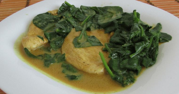 Pollo en salsa de curry y coco con espinacas