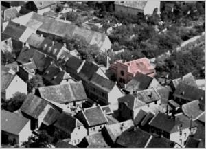 Die Ingelheimer Synagoge 1930 Quelle: Ausschnitt aus Luftbild Nr. 10198 Ober-Ingelheim. Quelle: Strähle Luftbild