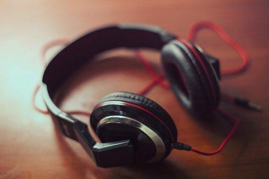 earphones vs headphones in tabular form