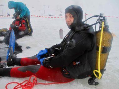 Deux plongeurs sous glace à Tignes, au bord de l'eau