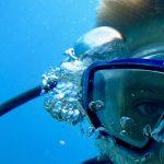Le visage d'un enfant en plongée