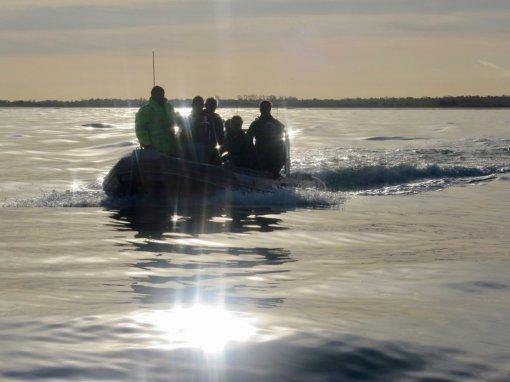 Un zodiac emmène des plongeurs sur les eaux normandes