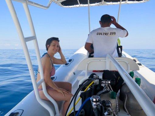 Hélène sur un bateau se prépare à plonger au Costa Rica