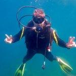 Un plongeur heureux sous l'eau