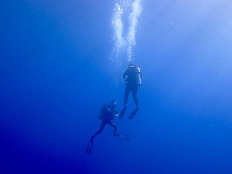 Deux plongeurs remontent à l'aide d'un parachute