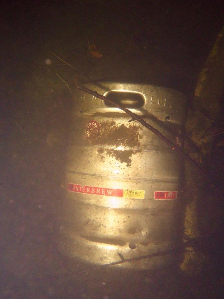 Un fut de bière placé dans le fond de la carrière des Trois Fontaines