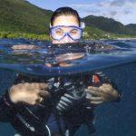 Une femme à moitié immergée prête à plonger