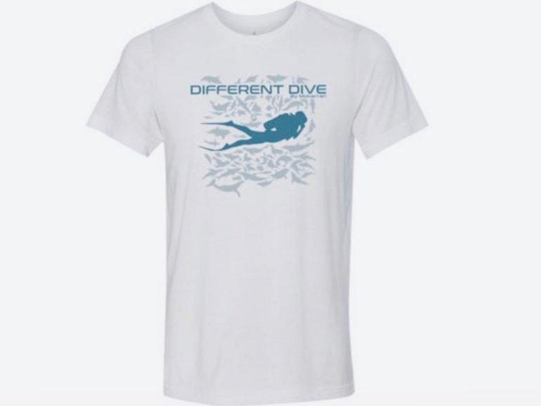 Dans les cadeaux plongée, il est possible de joindre l'utile à l'agréable comme avec ce t-shirt Different Dive by Mokarran