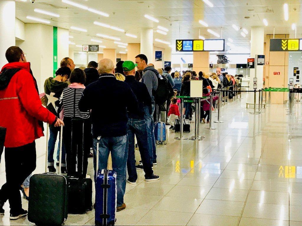 Des personnes font la file pour embarquer dans un aéroport