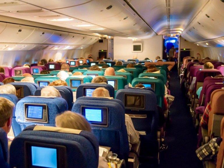 Une cabine d'avion avec de nombreux passagers