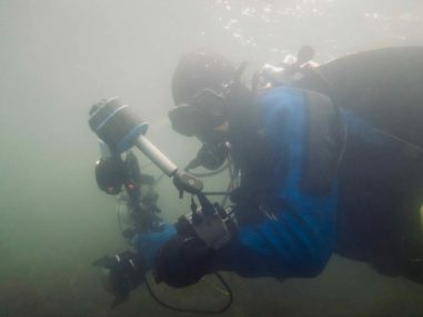 Un plongeur occupée à photographier