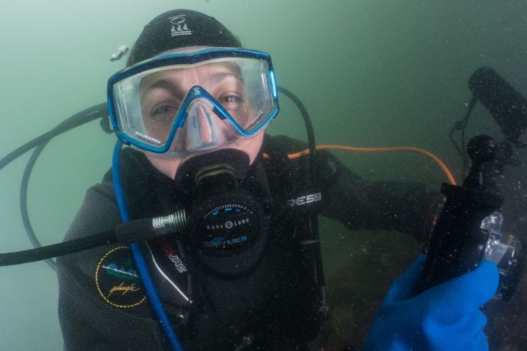 Une plongeuse sourit à son binôme
