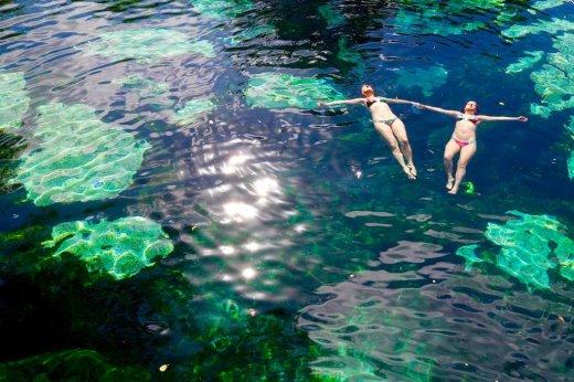 Deux femmes se baignent dans le cénote Azul au Mexique